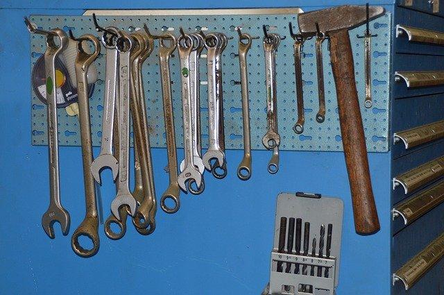 klíče, kladivo, plech