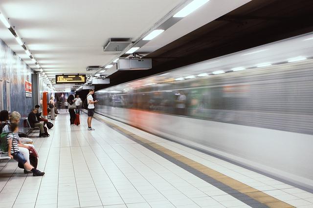lidé v metru