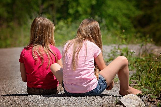 dívky sedí na cestě