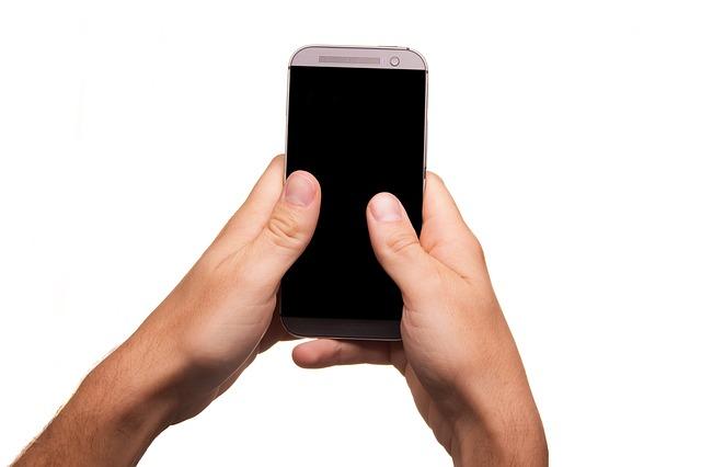 mobil v rukách