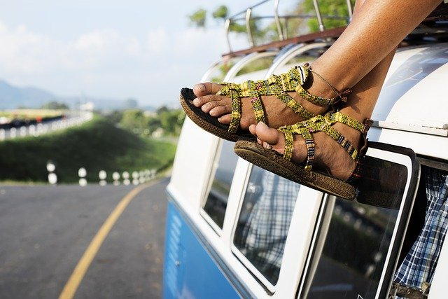 nohy v sandálech na střeše dodávky