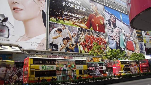 reklama na domech, na autobusech, ve městě, zkrátka všude