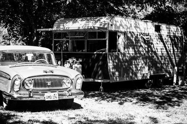 Staré auto s přívěsem, spíš obytný karavan