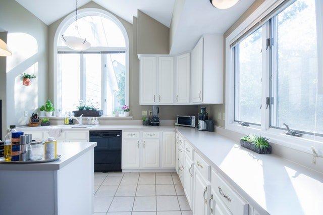 prostorná bílá kuchyně