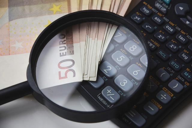 kalkulačka, lupa a bankovky
