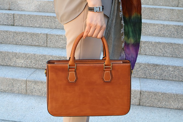 Detail hnědé kabelky