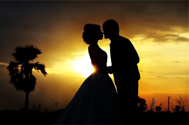Svatební polibek při západu slunce