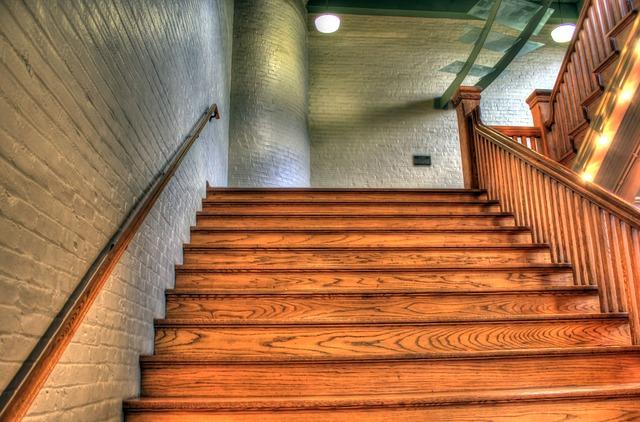 dřevěné schodiště se zábradlím