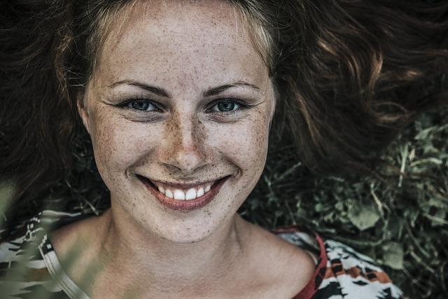 zářivý úsměv dívky.jpg