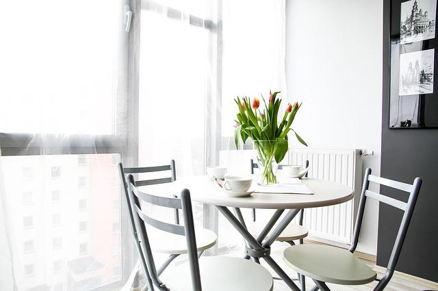 okno, stůl se židlemi