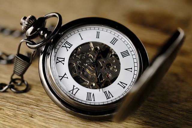 staré hodinky položené na stole