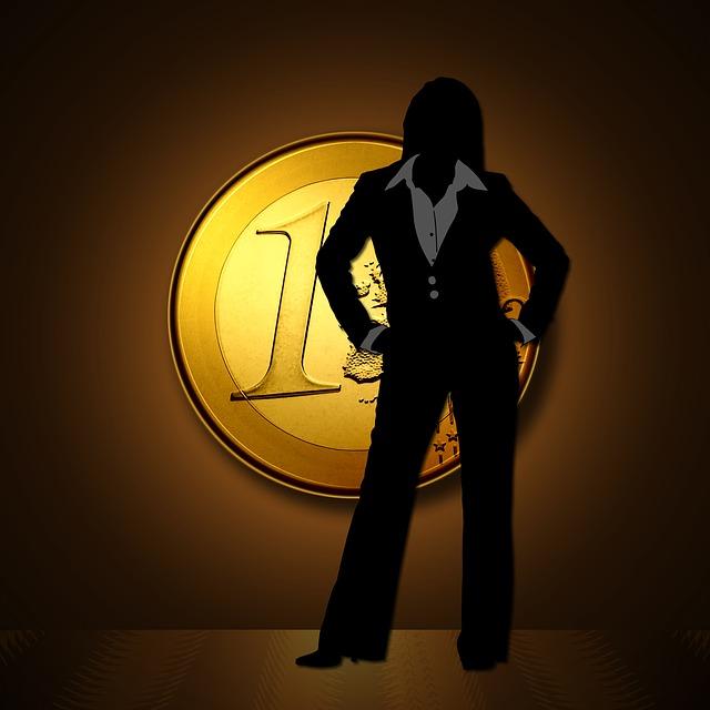 žena před euro mincí