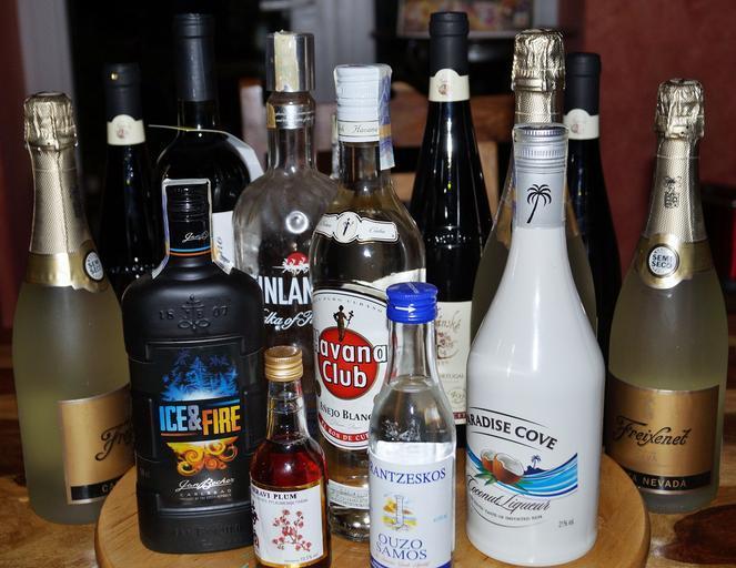 lahve s alkoholem, havana club, vodka, nějaké šampaňské a podobně