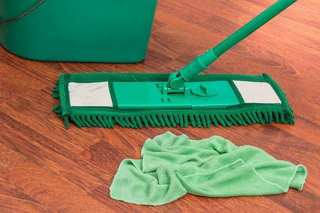kbelík, mop a hadr na podlaze