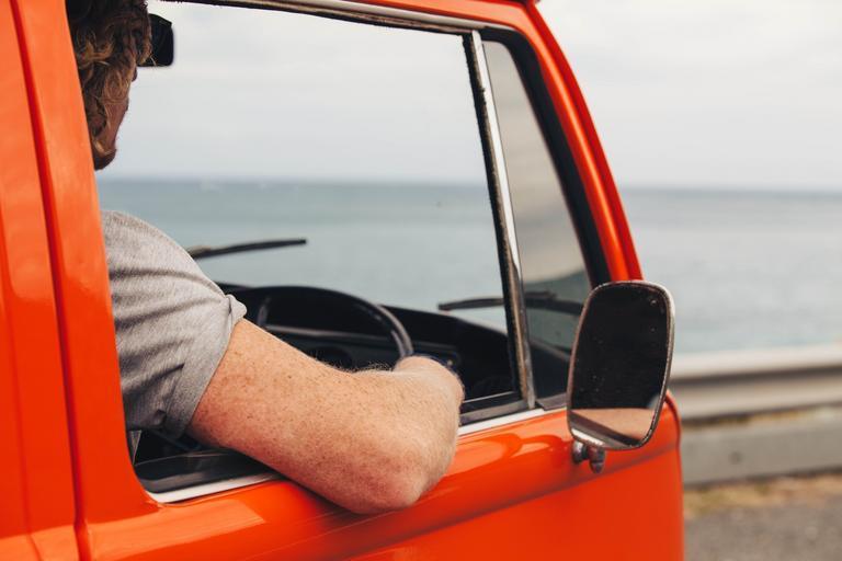 řidič v červeném autě – okno
