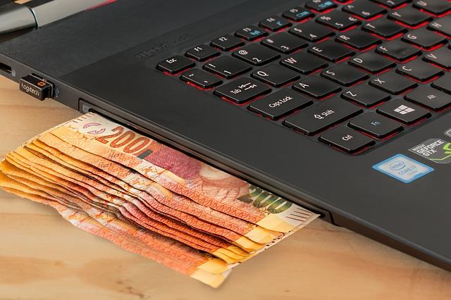 peníze u počítače