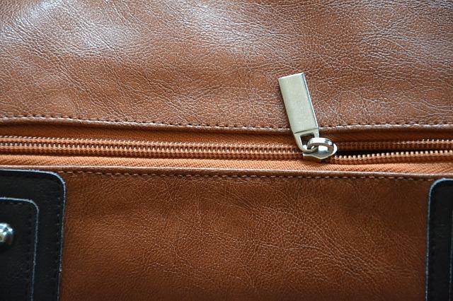 Detail zipu kožené hnědé kabelky