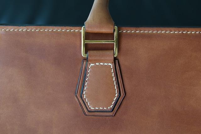Detail ucha hnědé kožené kabelky