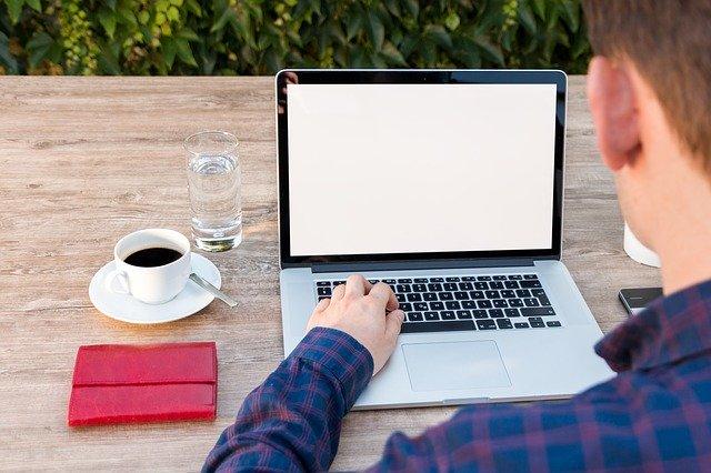na stole je notebook.jpg