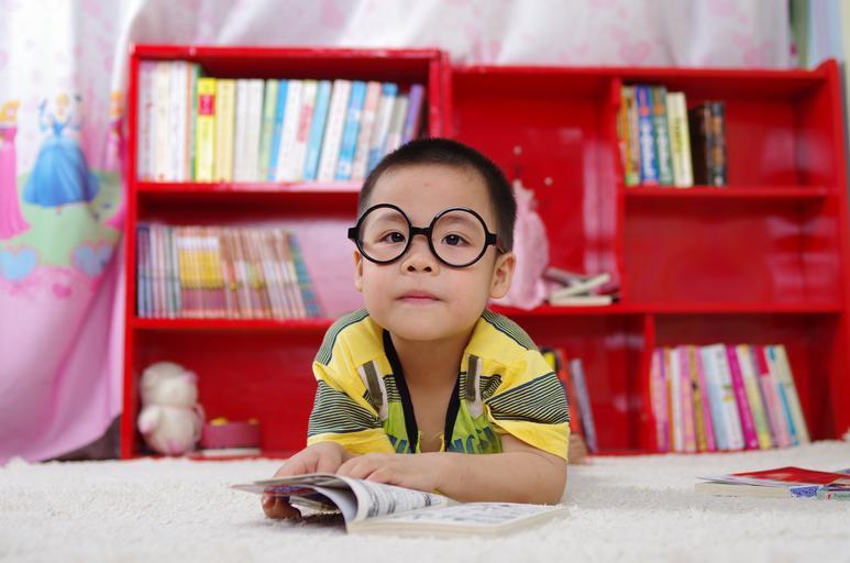 dítě při čtení
